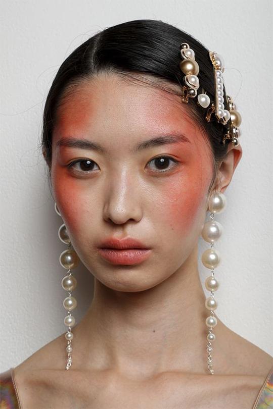 Kolczyki z perłami - trendy 2020